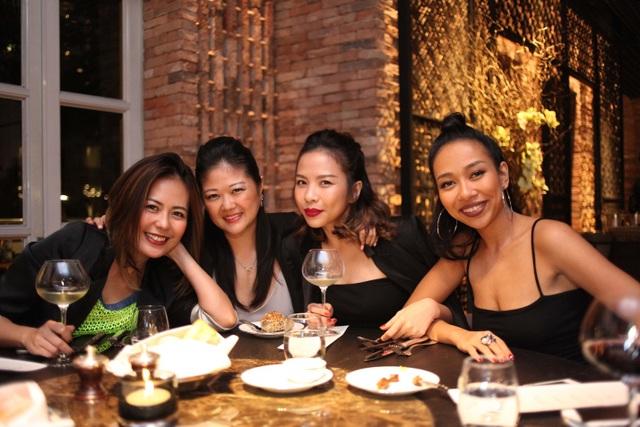 """Nhóm bạn của Bùi Việt Hà và nữ ca sỹ """"xấu lạ"""" Thảo Trang đã có một buổi tối vui vẻ thưởng thức những loại rượu hảo hạng từ những hầm rượu nổi tiếng thế giới do nhà hàng Square One sưu tầm."""