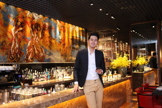 Chàng người mẫu điển trai Dương Mạc Anh Quân của Vietnam's Next Top Model bị thu hút hoàn toàn bởi khu vực bar với những món cocktail phảng phất hương vị Việt và bức tranh sơn mài hoành tráng bao phủ cả bức tường