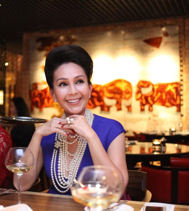 """Nữ diễn viên nổi tiếng Diễm My của """"Mẹ Chồng"""" và """"Cô Ba Sài Gòn"""" xuất hiện rất xinh đẹp và sang trọng để tham quan nội thất đậm chất Á Đông của nhà hàng cũng như tìm hiểu cách chế biến món ăn truyền thống Pháp – Việt."""