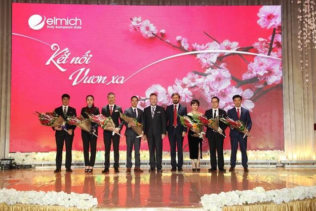 Đại sứ và Phó đại sứ Cộng hòa Séc tặng hoa cho Ban lãnh đạo Elmich.
