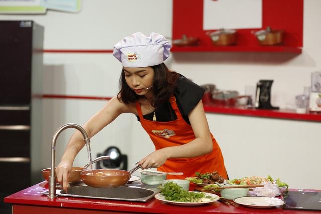 Với chảo Royal Elmich Nhật Vy có thể chế biến món sườn non một cách dễ dàng.