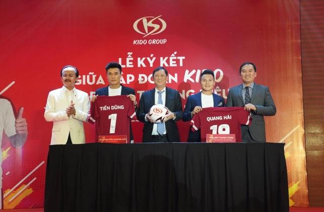 Đại diện tập đoàn KIDO cùng Bùi Tiến Dũng và Nguyễn Quang Hải kí kết tại sự kiện