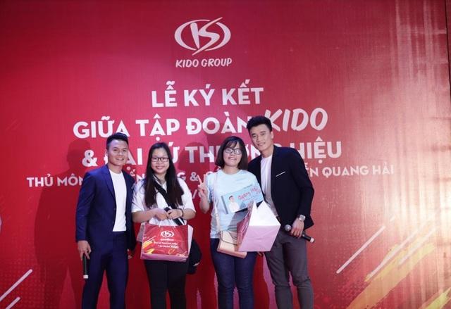 Tiến Dũng và Quang Hải tặng phần quà đặc biệt đến fan hâm mộ tại sự kiện