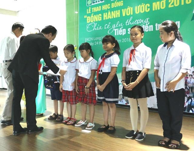 Tiếp sức đến trường cho trẻ em nghèo tại huyện Cần Giuộc - 1