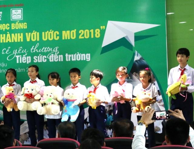 Tiếp sức đến trường cho trẻ em nghèo tại huyện Cần Giuộc - 2