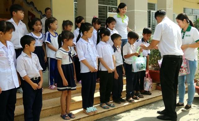 Tiếp sức đến trường cho trẻ em nghèo tại huyện Cần Giuộc - 3