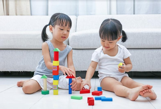 Trẻ mải chơi thường quên việc uống nước và đi ngoài, đây là một trong những tình trạng dẫn đến việc rối loạn tiêu hóa ở trẻ