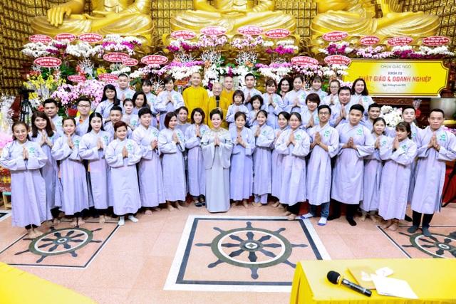 Bà Nguyễn Thị Thanh Tú (đứng giữa) và tập thể nhân viên tập đoàn TLM trong khóa tu Phật Giáo & Doanh nghiệp tại chùa Giác Ngộ ngày 10.9