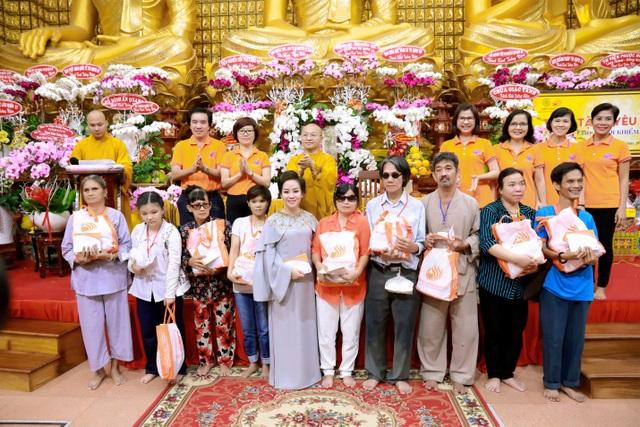 Bà Nguyễn Thị Thanh Tú – Chủ tịch HĐQT Tập đoàn TLM (Hàng đầu tiên, đứng thứ năm từ trái sang) trao phần quà yêu thương cho những người khiếm thị