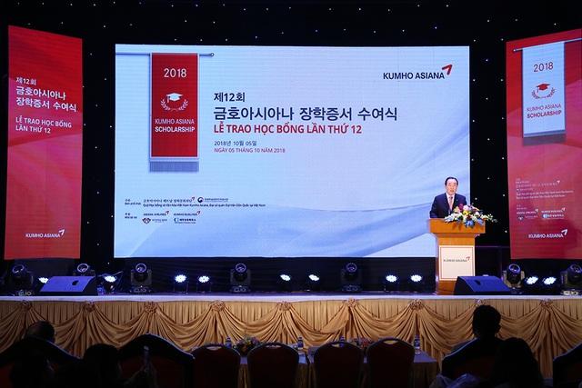 Ông Lee Won Tae – Cố vấn Tập đoàn Kumho Asiana đọc diễn văn khai mặc Lễ trao học bổng Kumho Asiana lần thứ 12