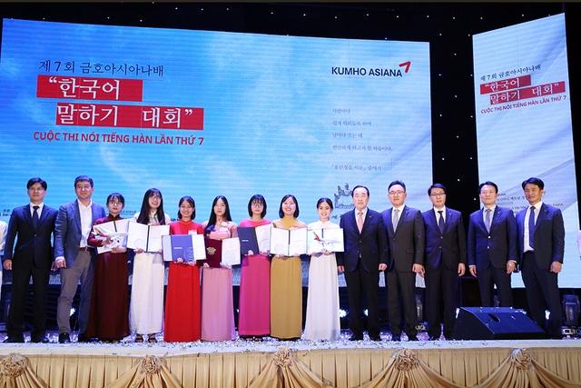 7 thí sinh đạt giải của Cuộc thi nói tiếng Hàn Kumho Asiana lần thứ 7 chụp ảnh lưu niệm cùng Ông Lee Won Tae – Cố vấn Tập đoàn Kumho Asiana và Ban Giám khảo