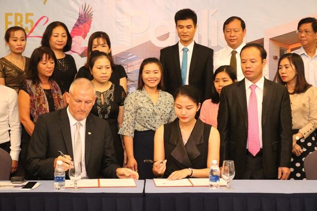 Bà Đặng Thuý Nga – Phó Chủ tịch kiêm Giám đốc Mrkting, Công ty TNHH EB5 Life ký kết hợp tác với Ông Barry Winter Công ty Pafilia