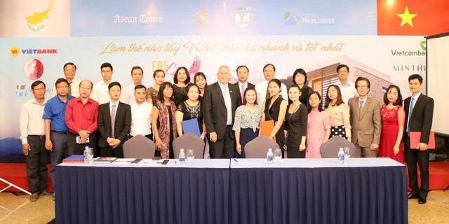 Toàn thể lãnh đạo EB5 Life – ASEAN Trade Center – UIMEX Vietnam chụp hình lưu niệm với các diễn giả.