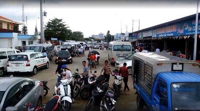 Ngã tư Hồ Tràm điểm dịch vụ - lưu trú đông nghẹt khách.