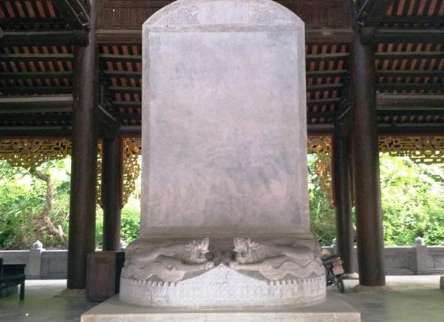 Bia đá đặc biệt này được đặt tại chùa Bái Đính, xã Gia Sinh, huyện Gia Viễn, Ninh Bình. Bia đá này nằm cạnh những bia hậu của ngôi chùa nắm giữ nhiều kỷ lục của Đông Nam Á, Châu Á và Việt Nam.