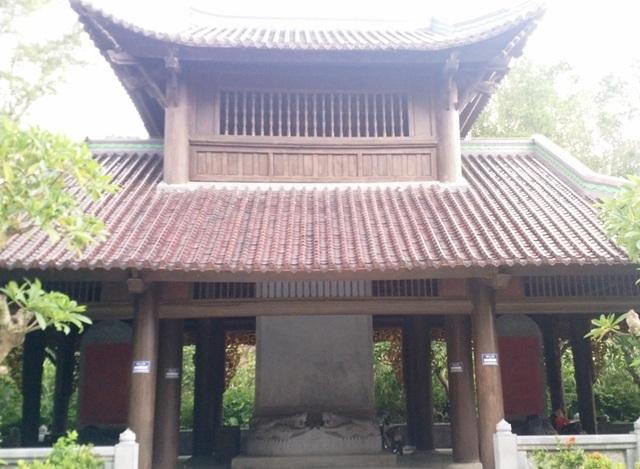 Nhà bia nằm ngay sau điện Tam Thế của ngôi chùa lớn nhất Việt Nam