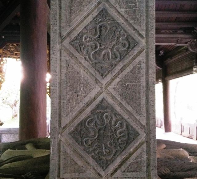 Ngoài ra, trên thân bia cũng được chạm khắc 200 con rồng.