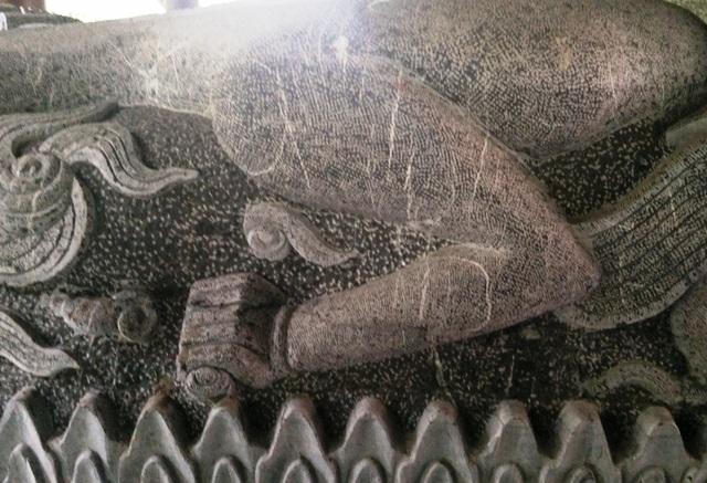 Từ đầu, thân, mình, vảy... rồng đều được làm bằng phương pháp chạm khắc thủ công. Rồng được tạc từ hòn đá xanh nguyên khối nên các công đoạn đều được làm công phu và tỉ mỉ.