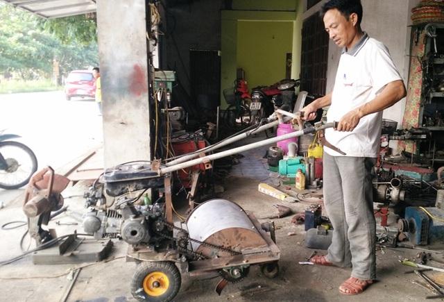 Chiếc máy băm nhỏ đất bằng động cơ xe máy do ông Dung chế tạo chuẩn bị xuất xưởng