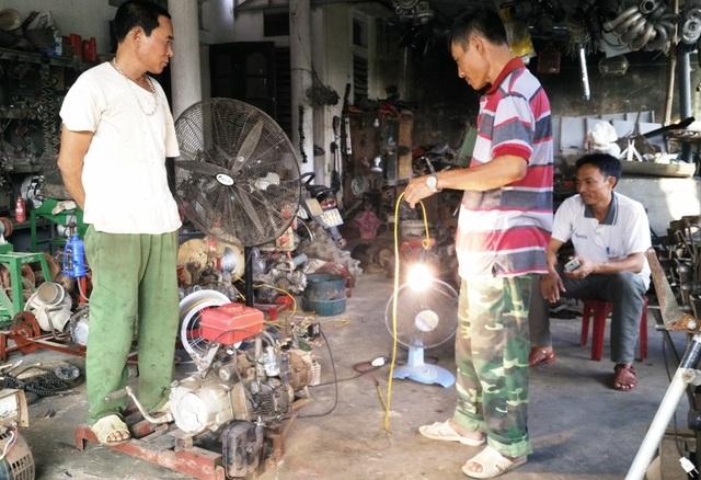 Máy phát điện bằng động cơ xe máy là một trong những sáng chế mới nhất của ông Dung