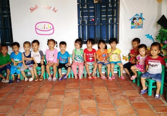 Phòng học chật trội khiến các cháu học sinh phải chen chúc nhau, 25 trẻ/12 m2