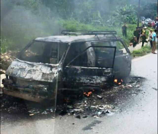 Chiếc ô tô 7 chỗ vừa được khổ chủ mua về, đang đi sửa chữa bị chập điện cháy rụi (ảnh: Báo Hòa Bình)