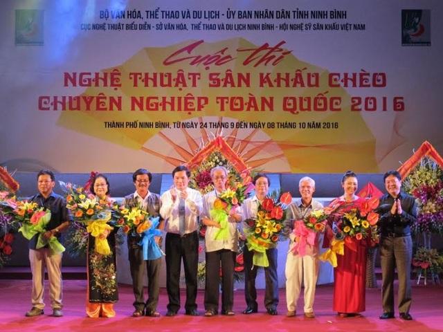 Ban tổ chức tặng hoa cho các đoàn chèo tham dự cuộc thi trong đêm khai mạc.