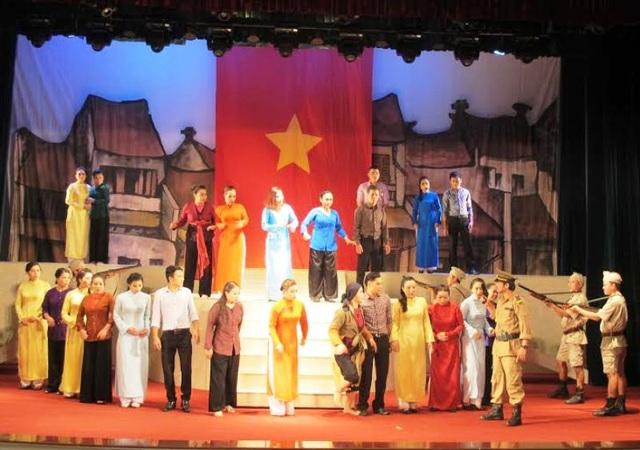 Vở diễn Cánh chim trắng trong đêm của đoàn chèo Hà Nội mở màn cuộc thi.