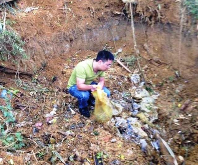 Hố chôn rác thải y tế tại BVĐK Đà Bắc bị người dân và cơ quan chức năng phát hiện.