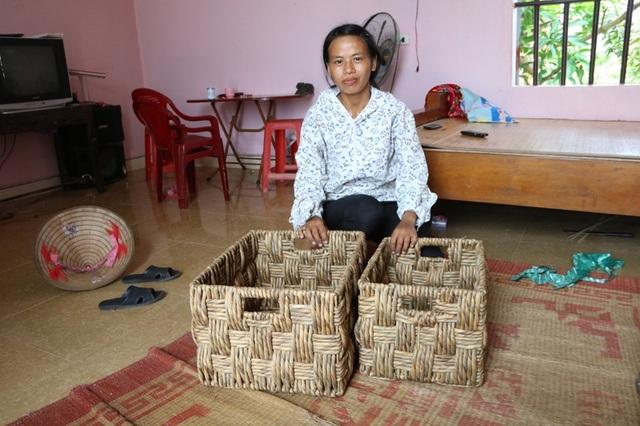 Một trong những sản phẩm từ bèo tây do những người nông dân huyện Kim Sơn làm ra. Sau khi trừ tri phí, công lao động mỗi ngày cũng kiếm thêm từ 100 - 200 nghìn đồng từ bèo tây. Nghề này không giàu được nhưng cũng có đồng ra đồng vào cho sinh hoạt gia đình, con cái có tiền đi học, chị Phạm Thị Loan nói.