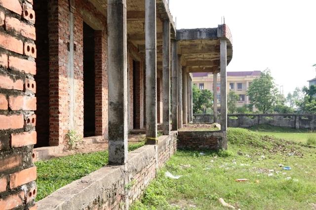 Trường mầm non Xuân Thiện khởi công xây dựng năm 2010, bỏ hoang 6 năm qua.