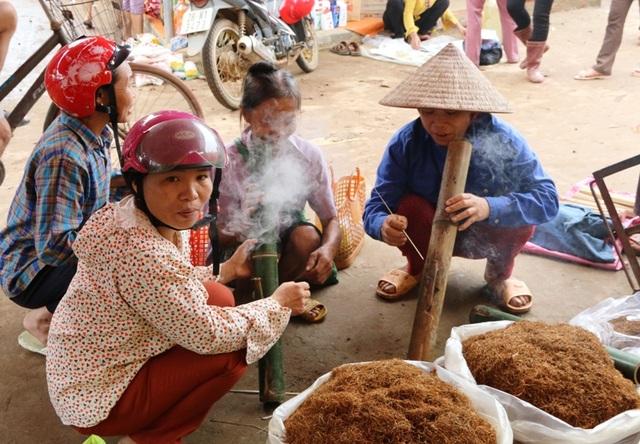 Sở dĩ, người dân gọi thuốc lào là đặc sản bởi hàng thuốc lào trong chợ luôn được sự quan tâm của nhiều phụ nữ trong vùng. Họ vượt nhiều cây số đến chợ, ngoài mua bán còn tập chung hút thuốc lào như một nơi giao lưu văn hóa của chị em phụ nữ dân tộc Mường.