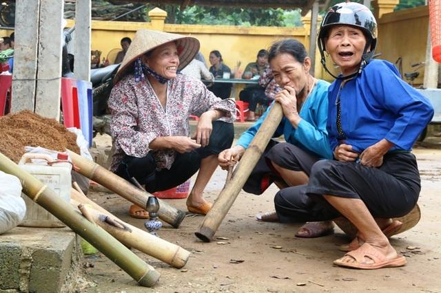 Hình ảnh phụ nữ ngồi quanh bên hàng bán thuốc lào hút thuốc không xa lạ với người dân địa phương. Những phụ nữ Mường hút thuốc lào không kể tuổi tác, địa vị xã hội khác nhau, họ cùng chung cảnh là nghiện thuốc lào và say như điếu đổ loại hương say này.