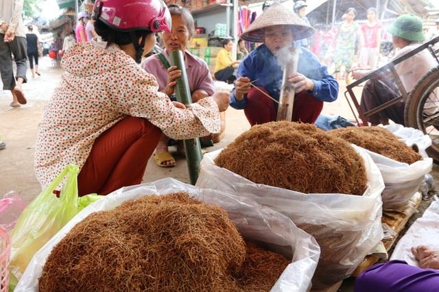 Thuốc lào được bày bán ở chợ Lâm Hóa chủ yếu là từ Thanh Hóa, Hải Phòng đưa đến. Tùy mỗi loại ngon, nặng nhẹ mà có giá khác nhau. Một phụ nữ cho hay, mỗi tháng họ cũng hút đến cả cân thuốc lào.