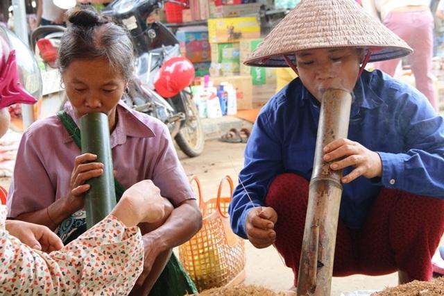 Không kể đi chợ, trong các ngày lễ tết, ma chay cưới hỏi ở địa phương, cứ có dịp gặp nhau những người phụ nữ Mường lại quây quần hút thuốc lào. Người trẻ phải châm thuốc cho người già, họ cùng nhau hút một điếu, mỗi người một mùi thuốc để cùng thưởng thức.