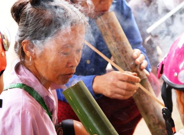 Trức kia, người phụ nữ nào không biết hút thuốc lào thì được cho là khó lấy chồng. Vì thế, một thời gian dài phụ nữ nơi đây luôn chìm trong men say của khói thuốc. Giờ hút thuốc chỉ còn lại những người trung niên, cao tuổi trong làng.