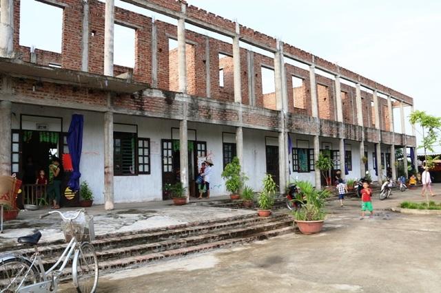 Xây dựng chưa xong, nhưng do không có chỗ học nên học sinh giáo viên trường MN Kim Chính phải học tạm ở ngôi trường đang xây dở