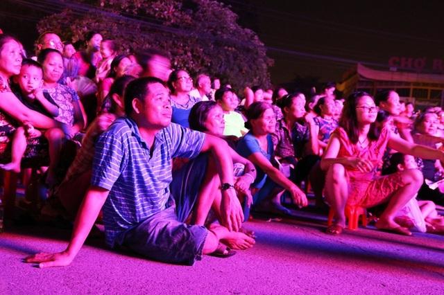 Nhiều người không mang ghế, dùng dép làm chỗ ngồi thoải mái để theo dõi hết vở diễn Lưu Bình trả lễ