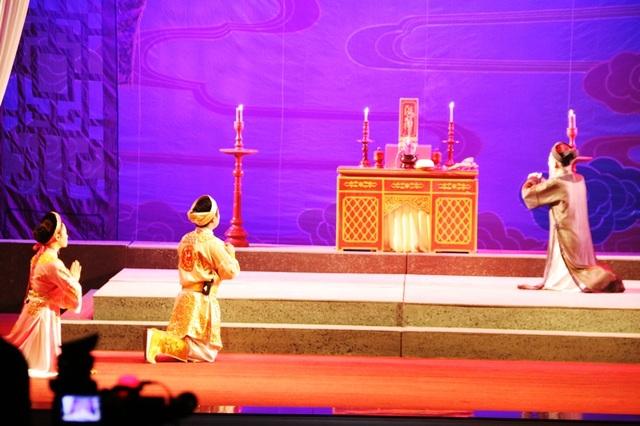 Vở diễn Lưu Bình trả nghĩa do Nhà hát chèo Ninh Bình dự thi Cuộc thi Nghệ thuật sân khấu Chèo chuyên nghiệp toàn quốc năm nay thu hút nhiều khán giả đến xem.