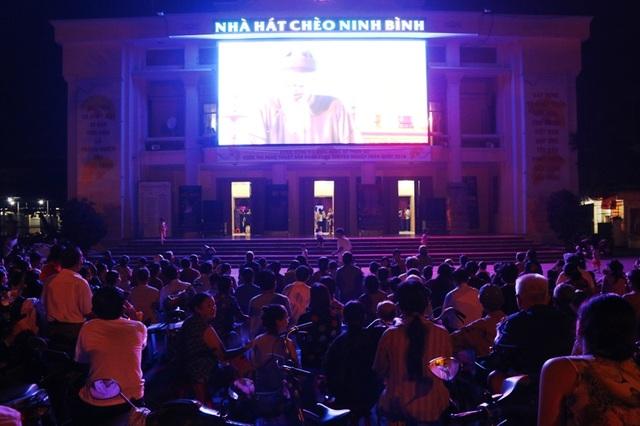 Cả sân nhà hát Chèo Ninh Bình rộng hơn 1.000 m2 không còn một chỗ trống.