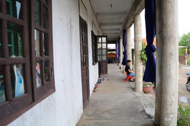 Các phòng học đang dạy trẻ cũng chưa hoàn thiện 100%, nhiều chỗ còn xây dựng dở dang