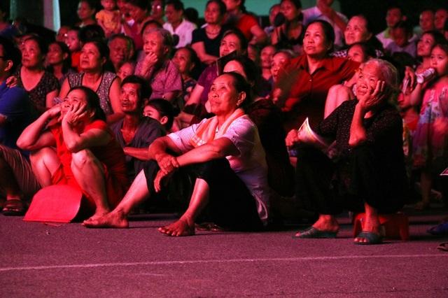 Chú ý chăm chú từng chi tiết, câu hát trong vở diễn. Sự diễn xuất chuyên nghiệp khiến khán giả ngày càng say mê nghệ thuật chèo hơn.
