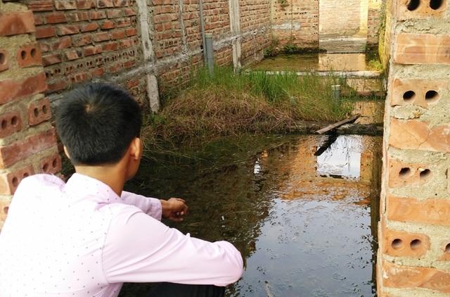 Tầng 2 của ngôi trường mới bỏ hoang nhiều năm bị rêu mốc bám đầy, nước bẩn đọng lại rất nhếch nhác.