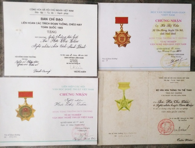 Các bằng khen, huy chương,... mà nghệ nhân Cầu nhận được khi còn sống cống hiến cho nghệ thuật dân gian.