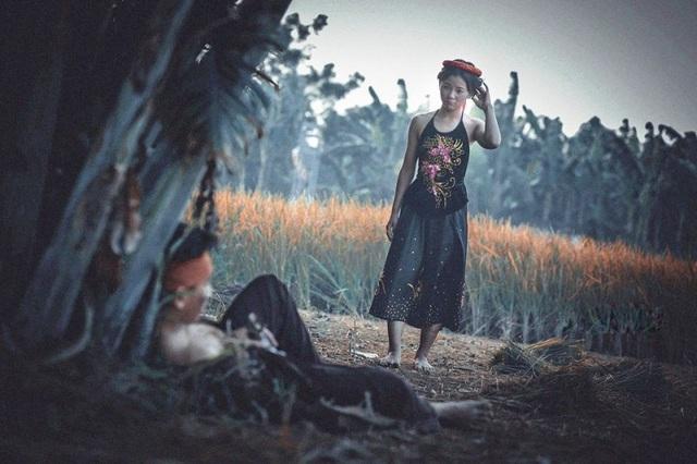 Thị Nở trong lúc đi gánh nước ven sông gặp Chí Phèo đang say lướt lướt nằm vạ vật bên đường.