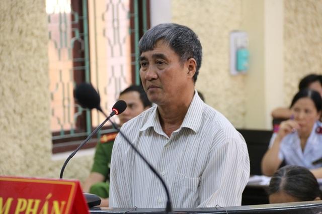Lê Xuân Bảy, nguyên Chủ tịch UBND xã Yên Phong, huyện Yên Mô (Ninh Bình) trước vành móng ngựa.