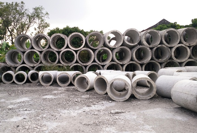 Công trình tiền tỷ bỏ hoang giữa thành phố này nhiều năm qua bị biến thành nơi chứa ống cống.
