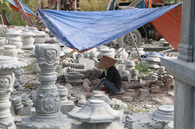 Nhiều phụ nữ tâm sự, quanh năm làm việc với nghề chế tác đá hầu như ít có ngày nghỉ. Chỉ hôm nào đau ốm mới nghỉ, vì nghề này cực nhọc là vậy nhưng cứ ráo mồ hôi là hết tiền.