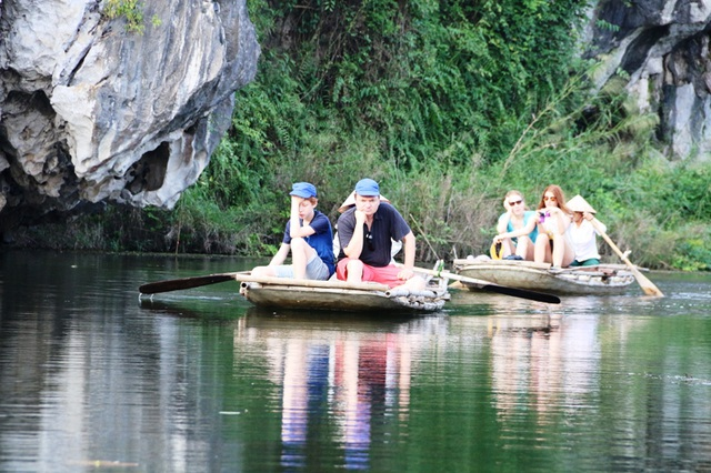 Du khách nước ngoài thích thú chiêm ngắm cảnh đẹp hoang sơ tại Vân Long