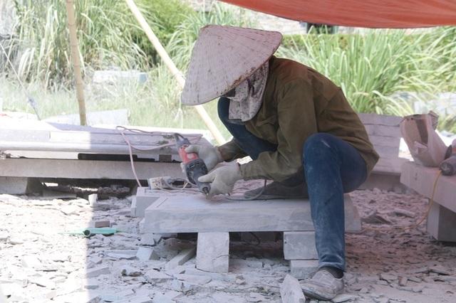 Mỗi ngày, những người phụ nữ làm nghề chế tác đá thường làm việc từ lúc 7 giờ sáng và kết thúc khoảng 18 giờ tối. Tiền công làm việc mỗi ngày được tính bằng sản phẩm khoán hoặc làm theo lương hàng tháng. Mỗi tháng bình quân mỗi người cũng có thu nhập từ 7 - 8 triệu đồng.
